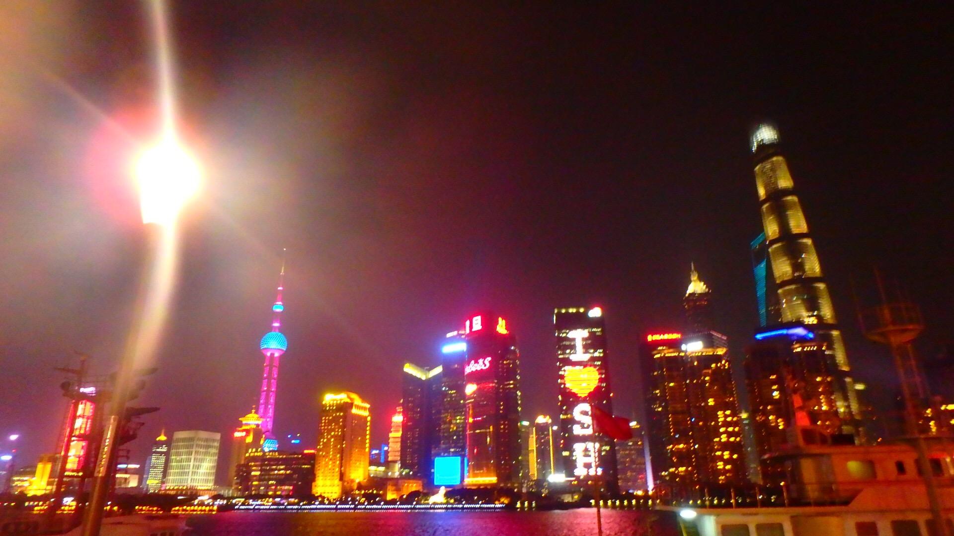 上海 外灘側からは上海中心部の夜景を一望できます