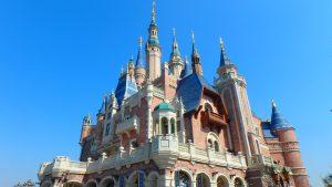 快晴の上海ディズニーランドと綺麗なシンデレラ城