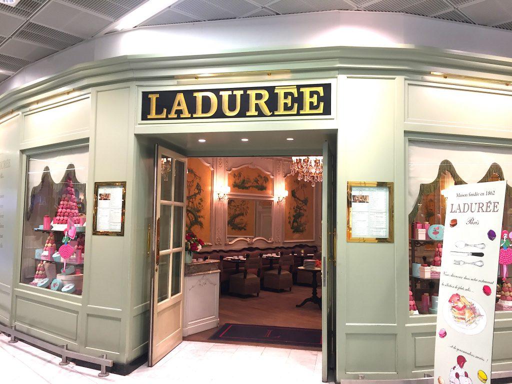 フランスパリ空港内にあるラデュレ (Ladurée)のマカロン