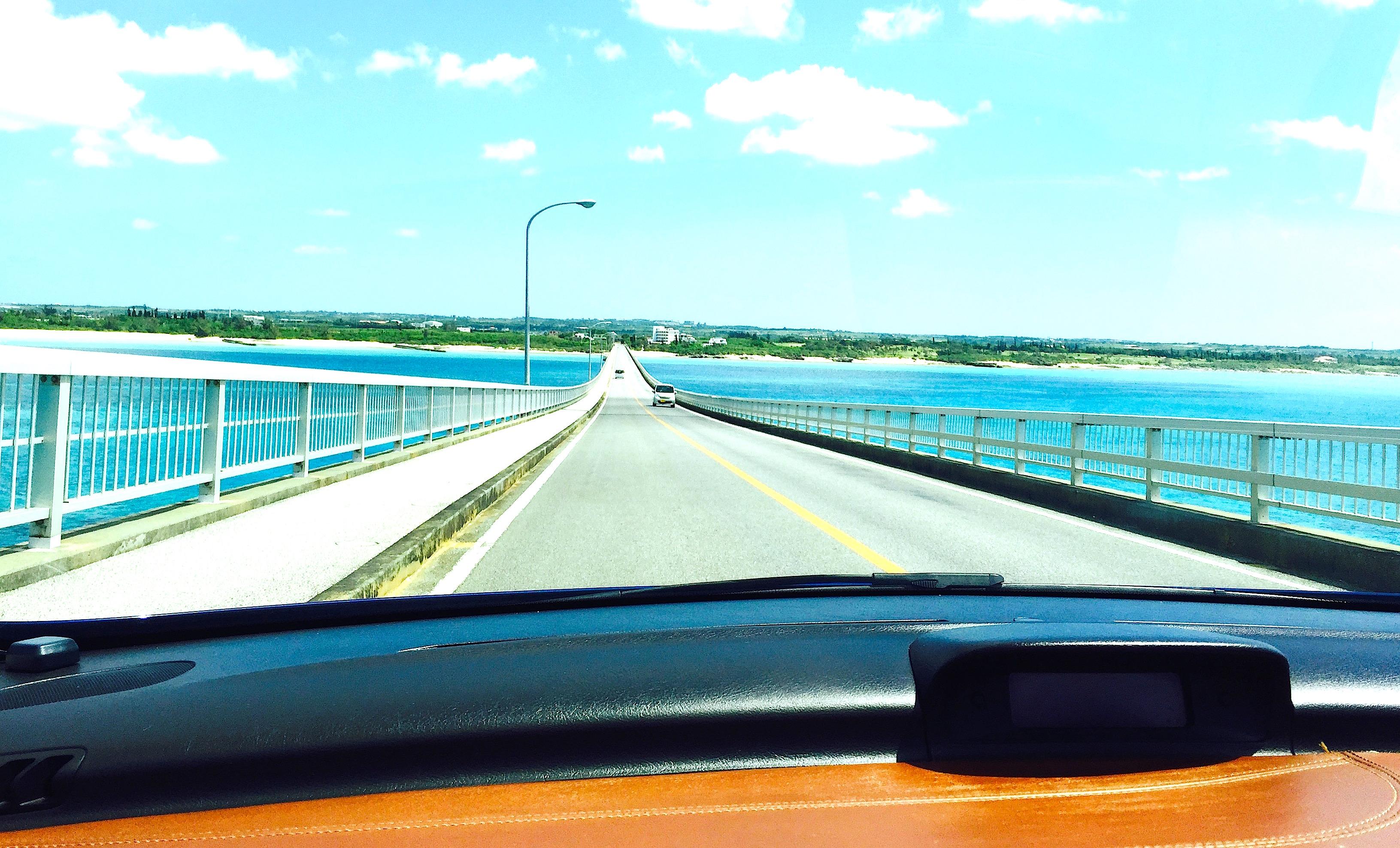 宮古島にある長い橋をオープンカーで走るのがおすすめですよ!