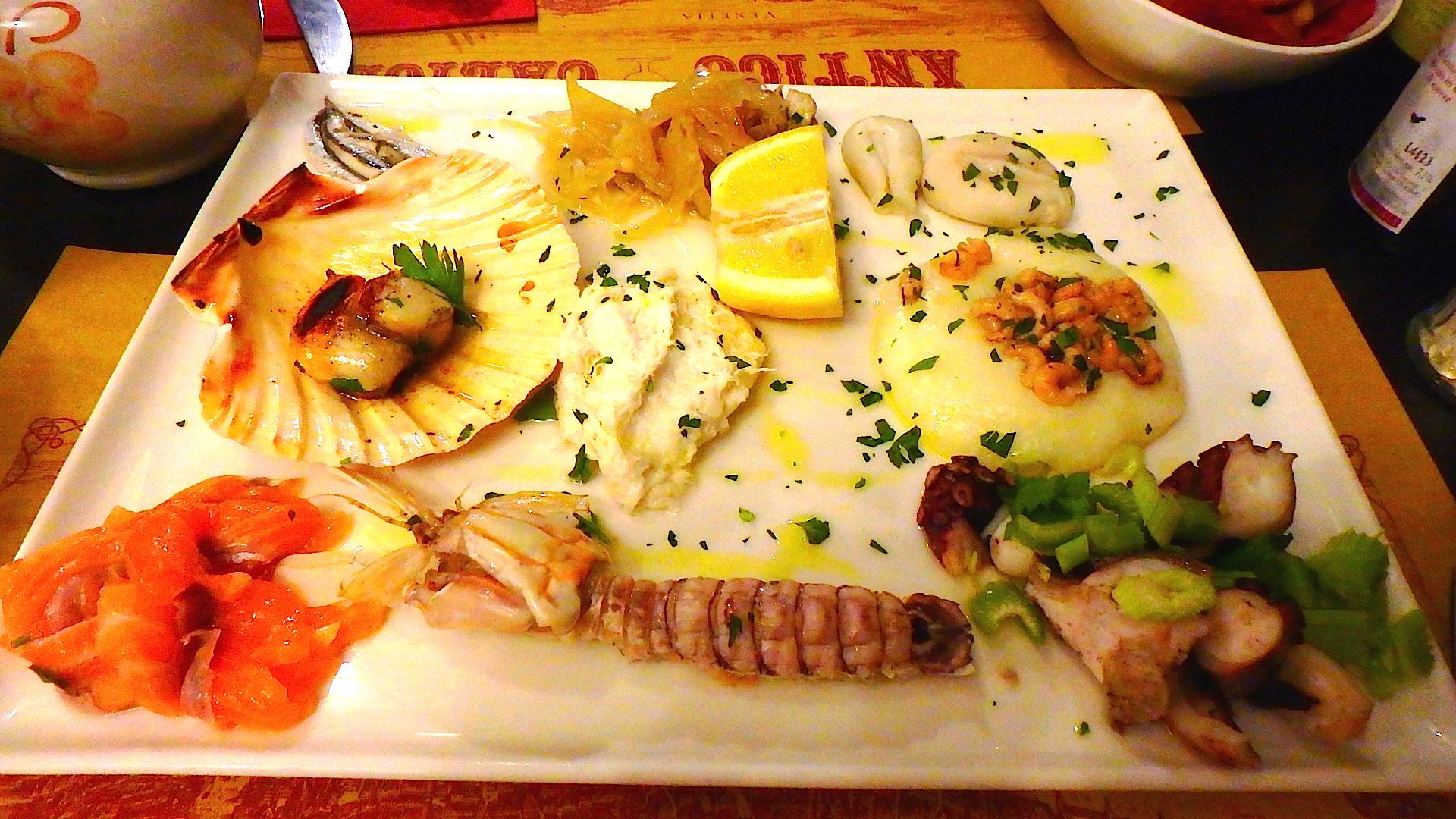 イタリアのレストランでの前菜(シーフード盛り合わせ)