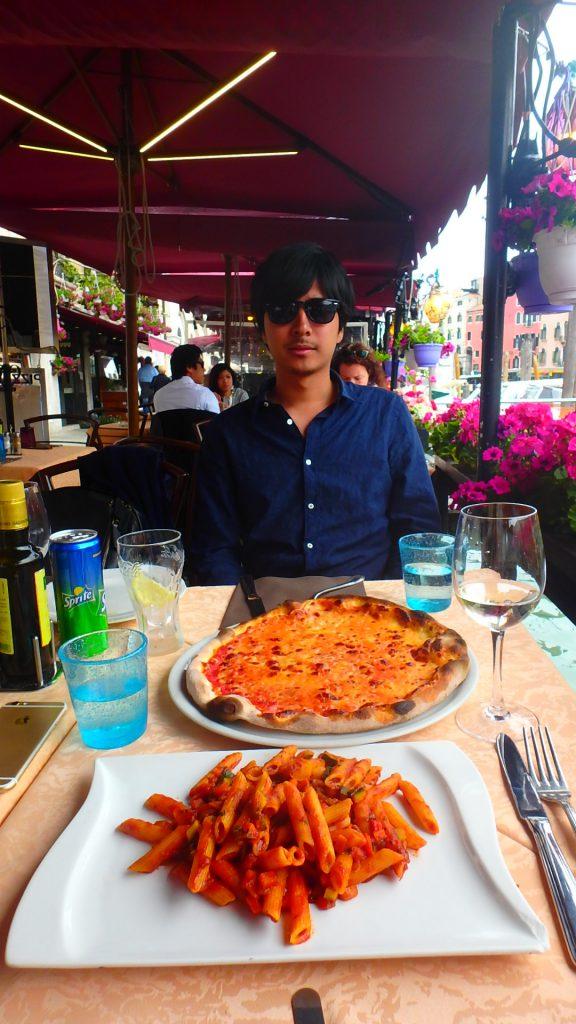 ベネチア テラス席で美味しいピザとパスタ