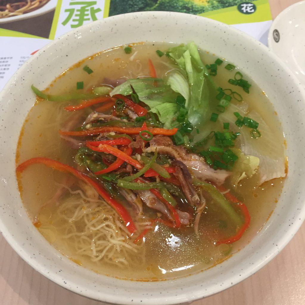 中国 広州で食べた辛い牛肉のラーメン。ピリ辛で美味しい!
