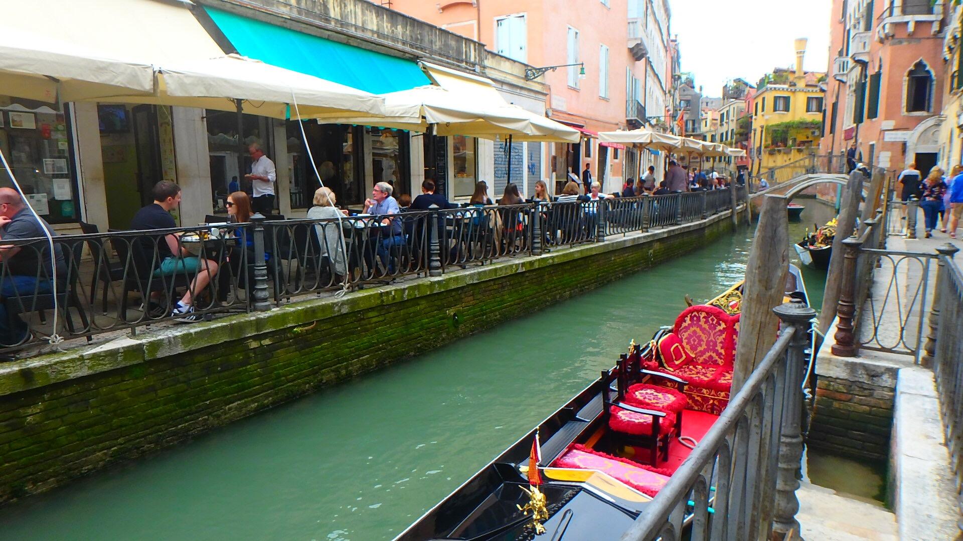ヴェネチア テラス席のあるカフェレストランでのんびり
