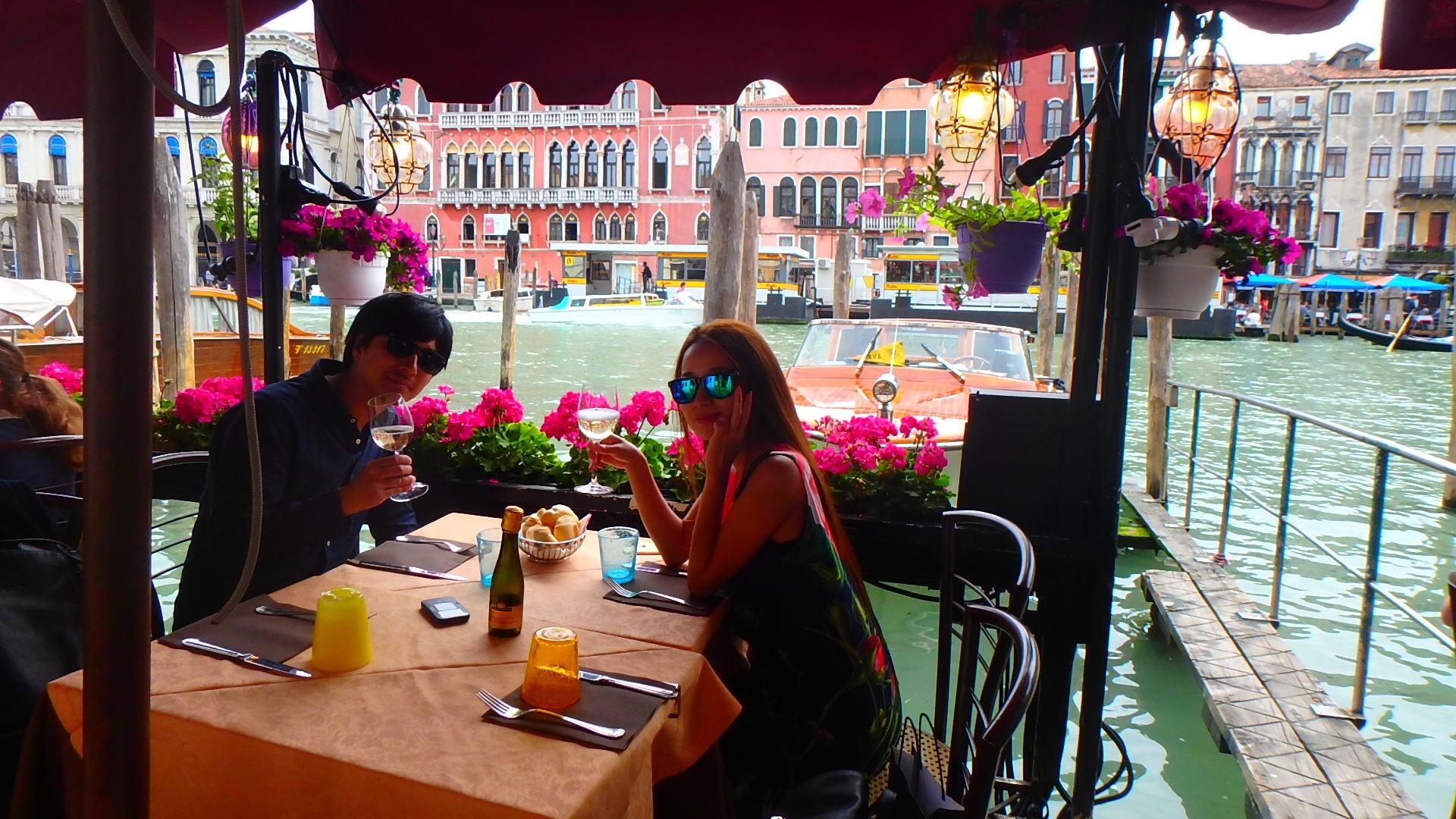 ヴェネチア テラス席のあるお洒落なカフェレストラン
