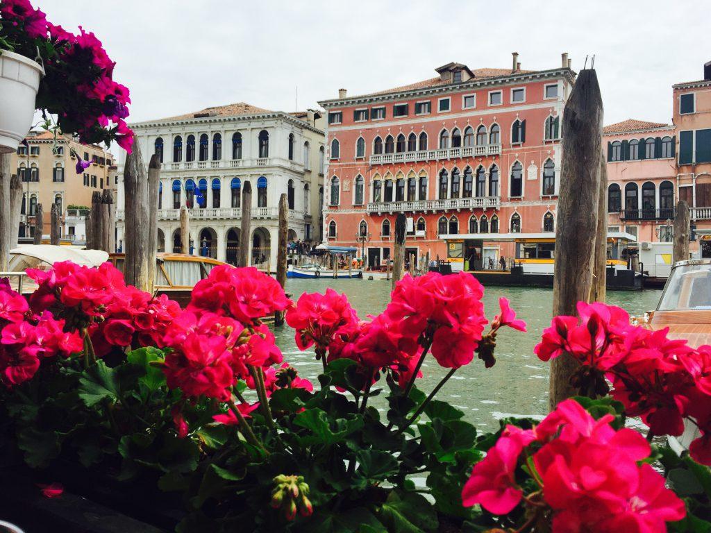 ベネチア お花に囲まれた可愛いカフェ