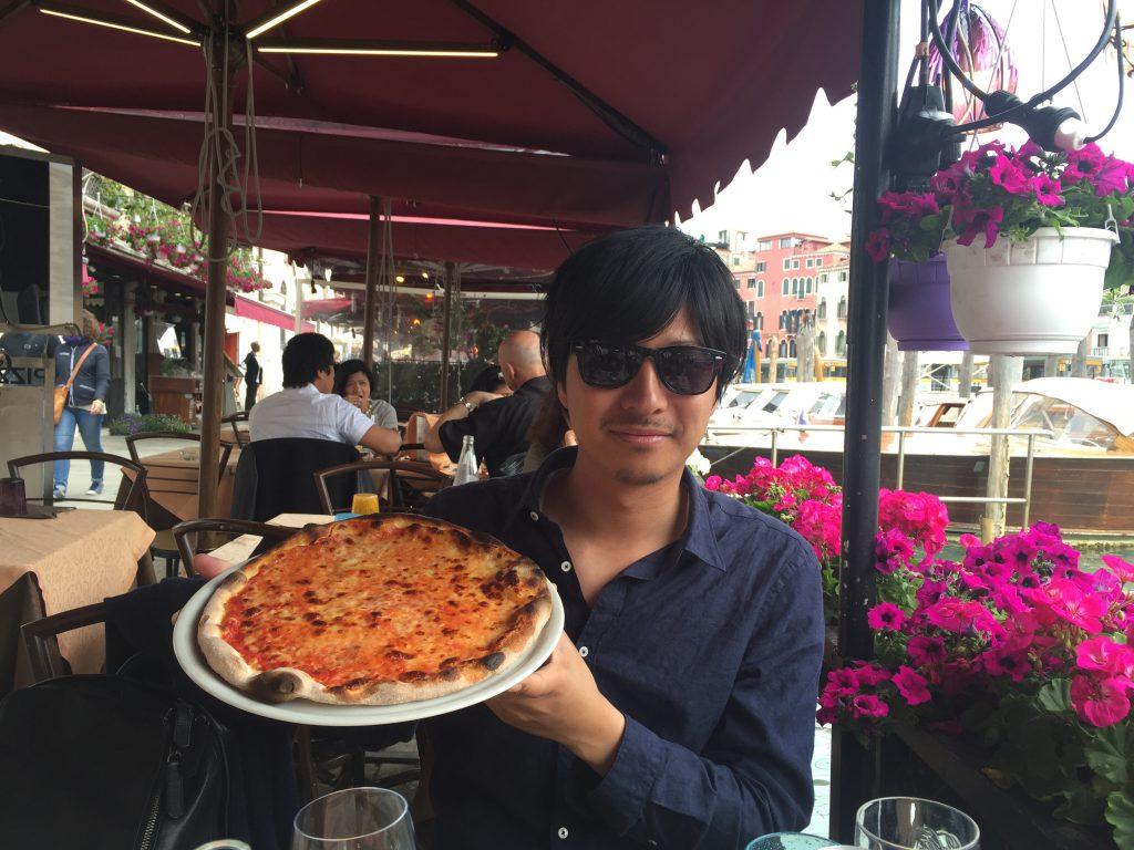 ベネチア お洒落レストランのテラスで美味しいピザ
