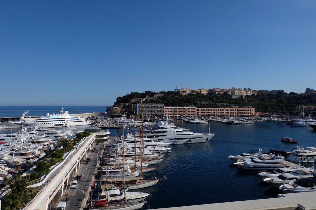 モナコのホテル エルミタージュ ヨットハーバーと海