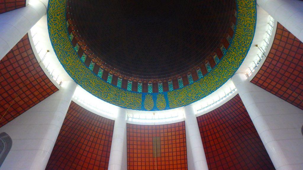 マレーシア ブルーモスク 大聖堂天井は木製