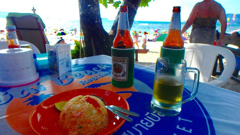 ビーチ沿いで食べる炒飯とシンハービールが最高