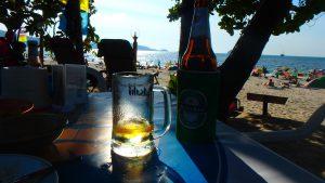 プーケットの海沿いでビール
