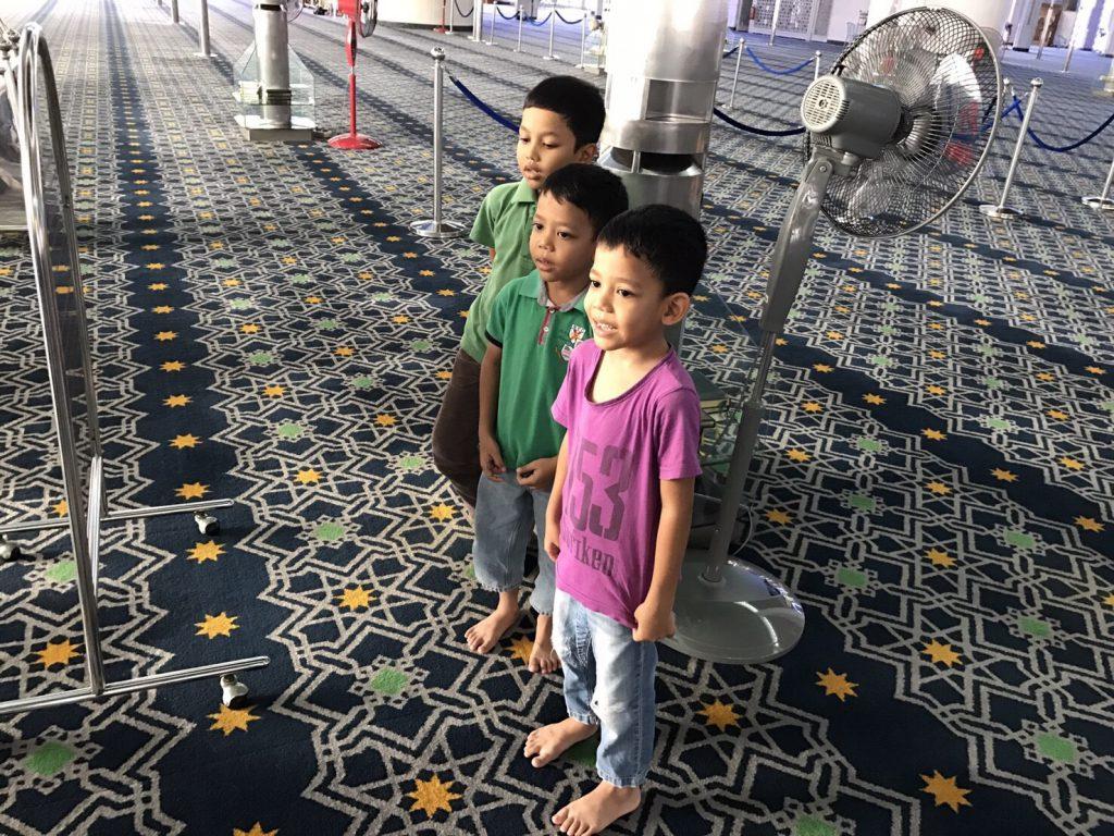 マレーシア ブルーモスク 現地の子供
