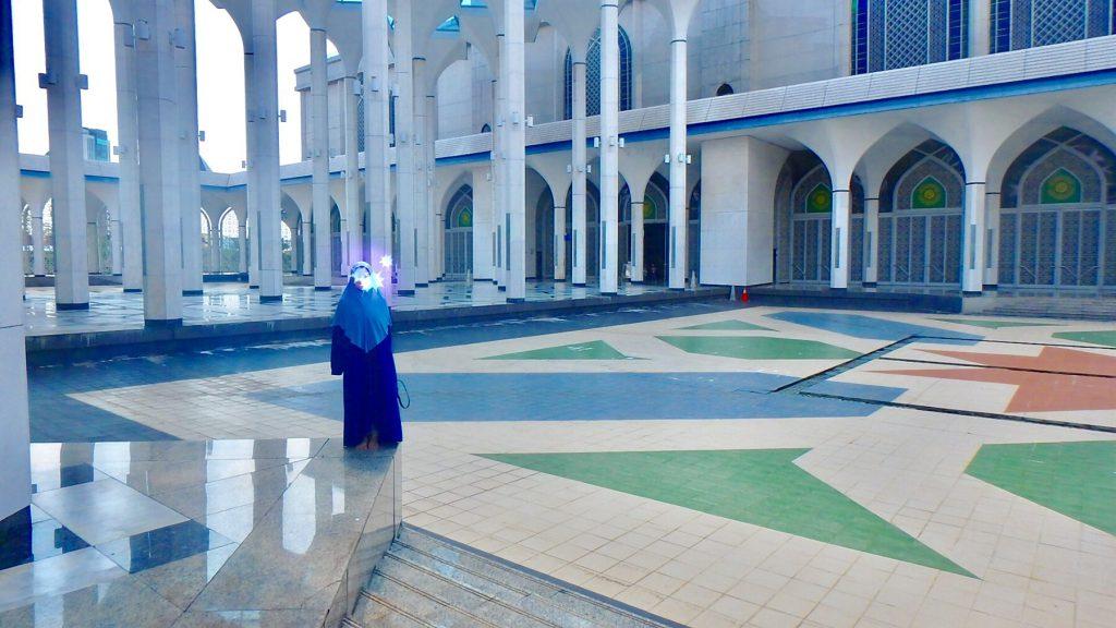 マレーシア ブルーモスク 女性はヒジャブを着用