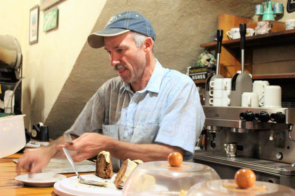 グアテマラ Crossroads Cafeのオーナー マイク