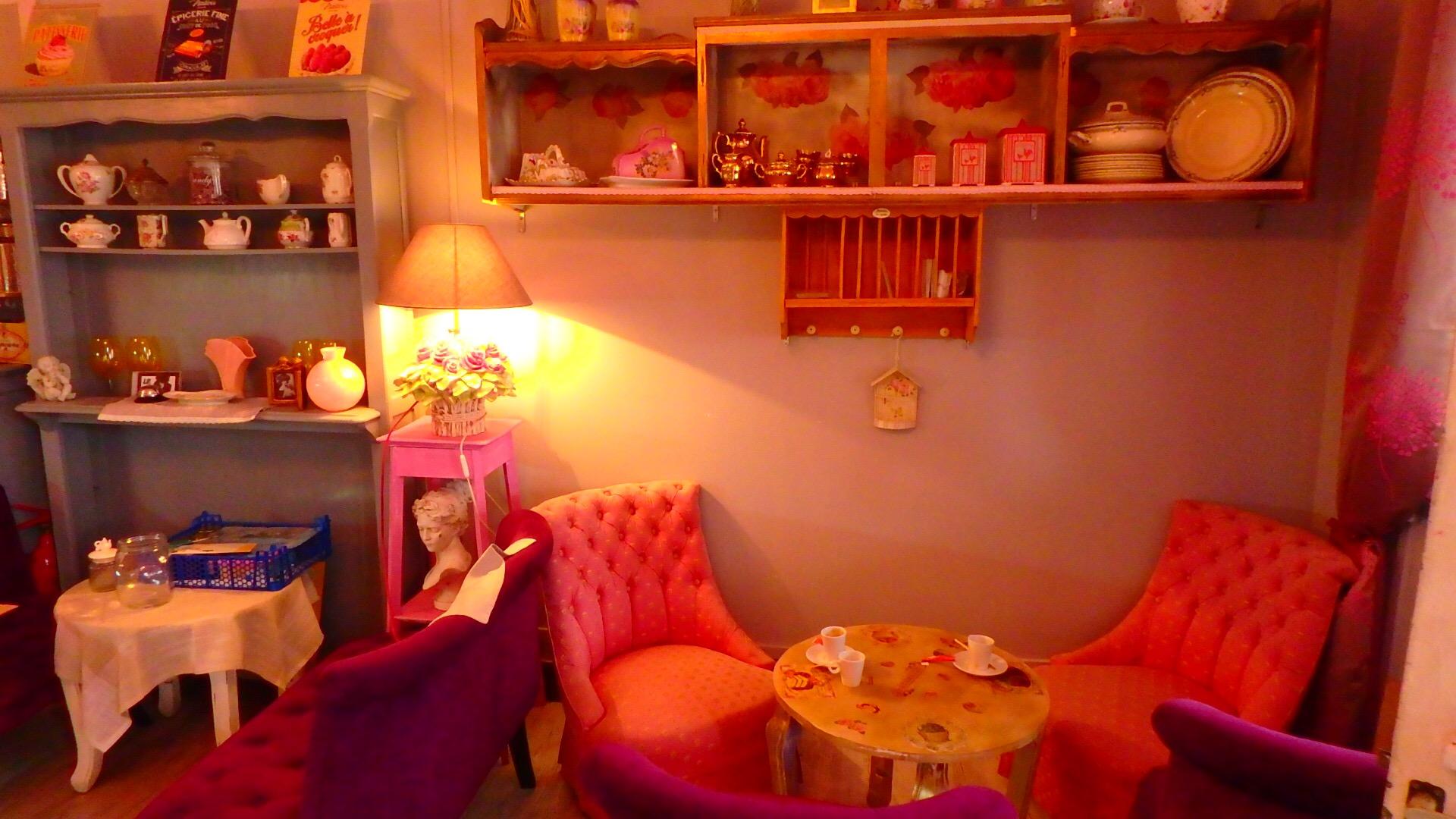 ブブロン村 マカロンショップ 店内カフェスペースも