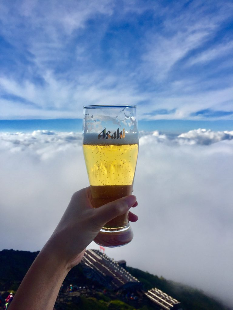 富士山 雲海を見ながら雲の上でビール乾杯!