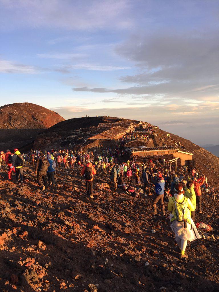 富士山 ご来光の朝日を浴びる頂上が絶景