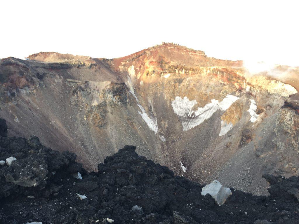 富士登山 山頂のご来光 火口