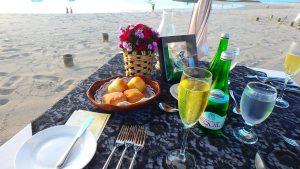バリ島 ビーチのテラス席でシャンパン