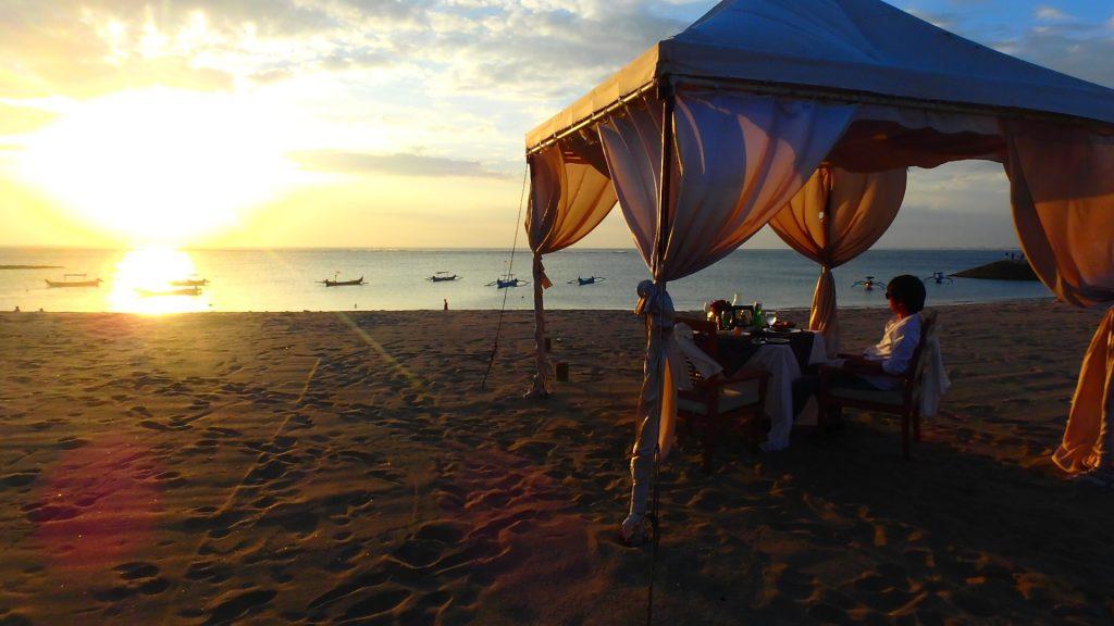 バリ島クタビーチ レストランのテラス席でサンセット