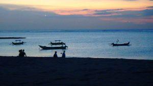 バリ島クタビーチ 綺麗な夕焼けと星空