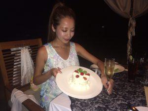 バリ島クタビーチ 記念日のサプライズケーキ