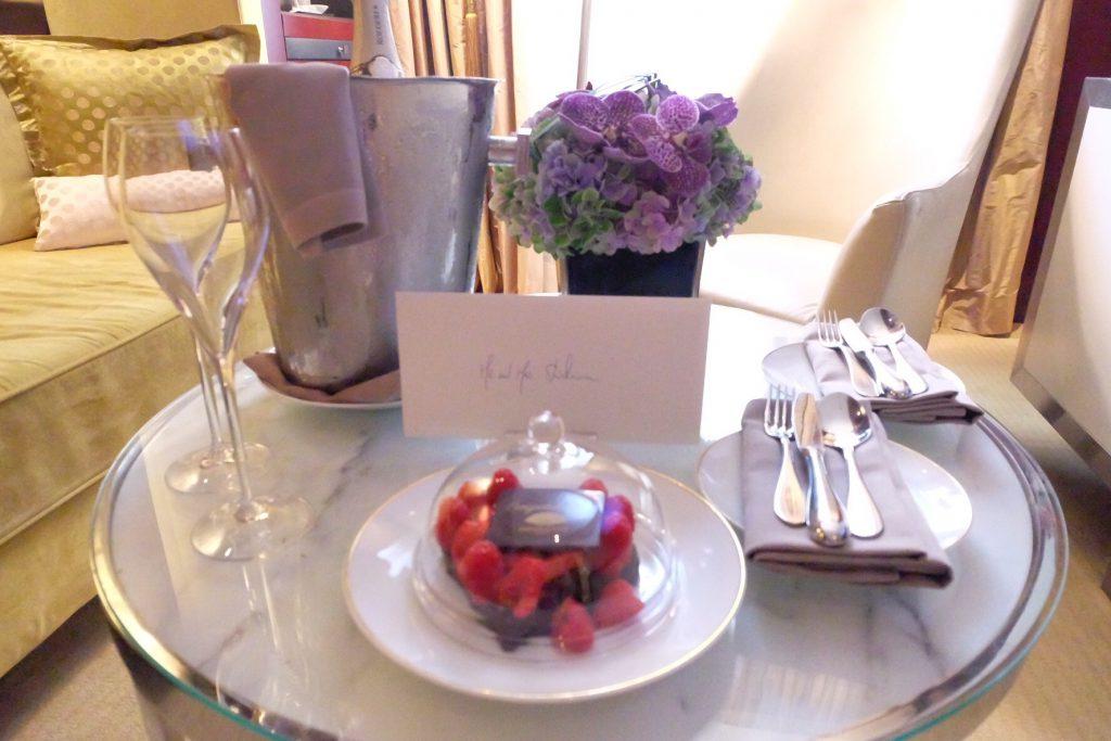 パリのマンダリンオリエンタル ハネムーン シャンパンとケーキ