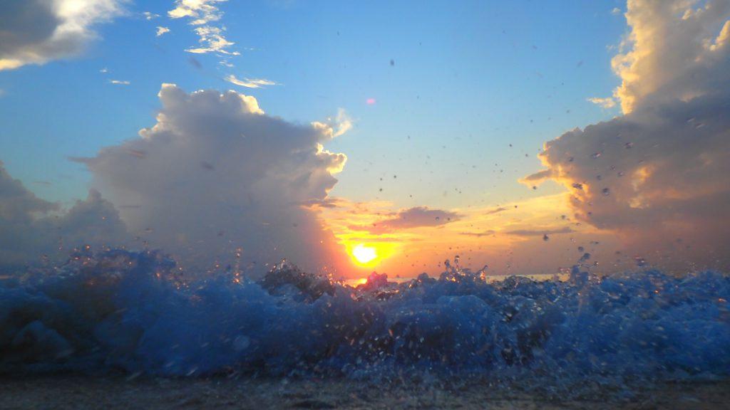 与論島の夕方 海に沈む夕日
