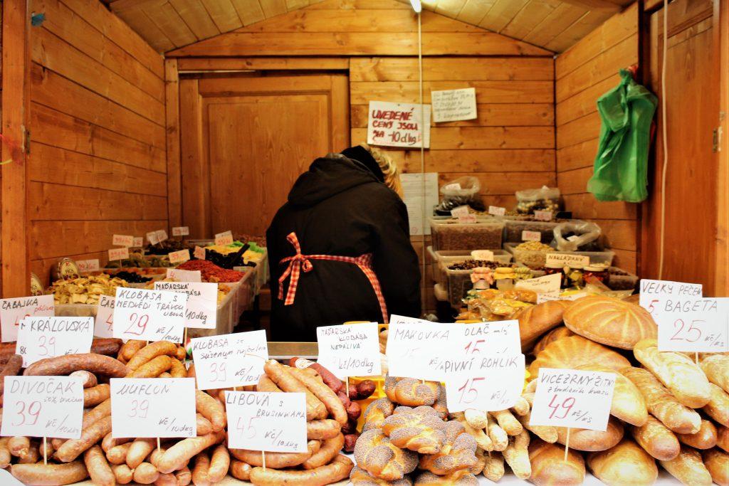チェコのクリスマスマーケット パンとソーセージ