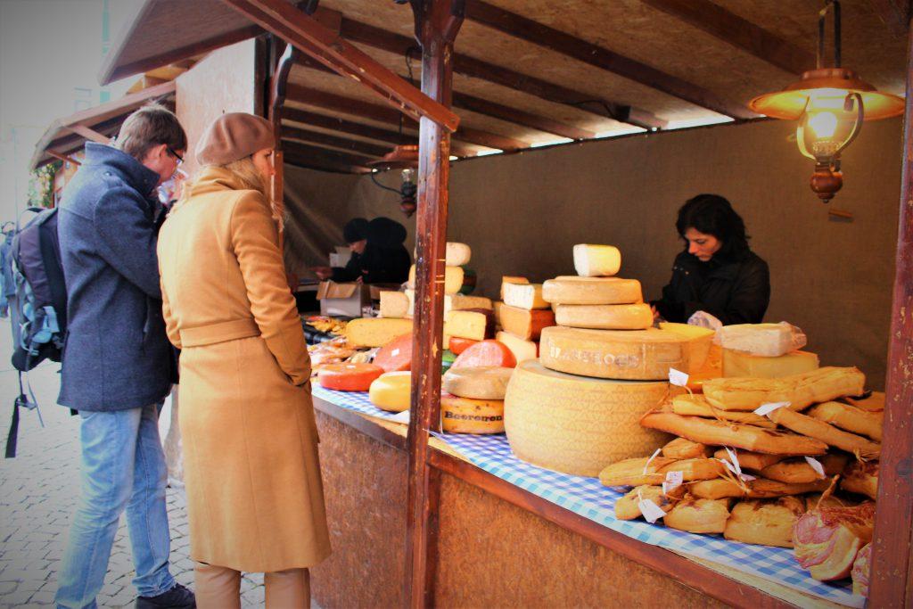 チェコのクリスマスマーケット ハムやチーズも美味しい