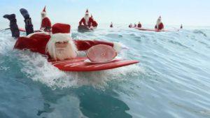 オーストラリアのクリスマス 海にはサーファーサンタが