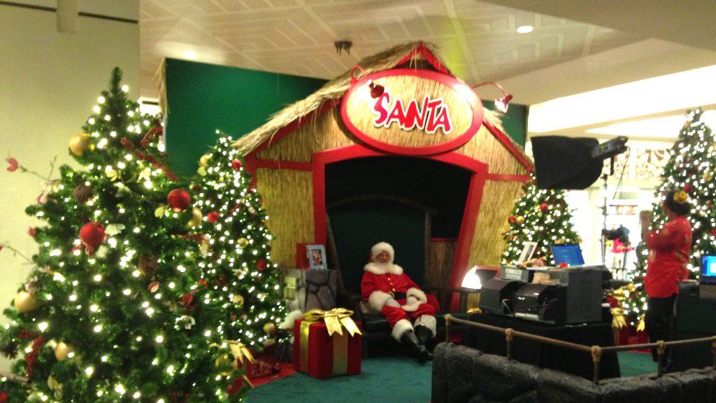 クリスマスのハワイ アラモアナショッピングセンターのサンタ