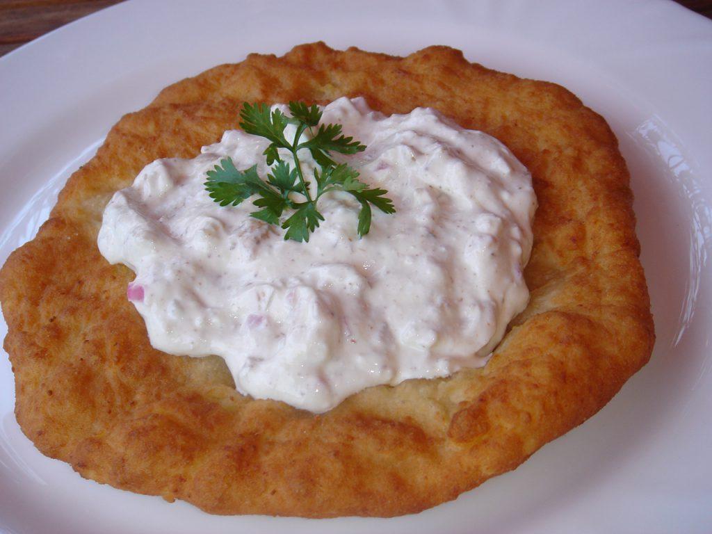 チェコの美味しい名物料理 ランゴシュ