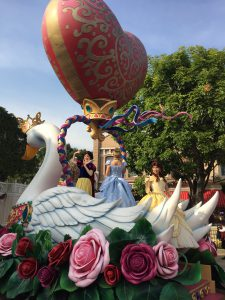 香港ディズニーのパレード プリンセス 白雪姫 ベル シンデレラ