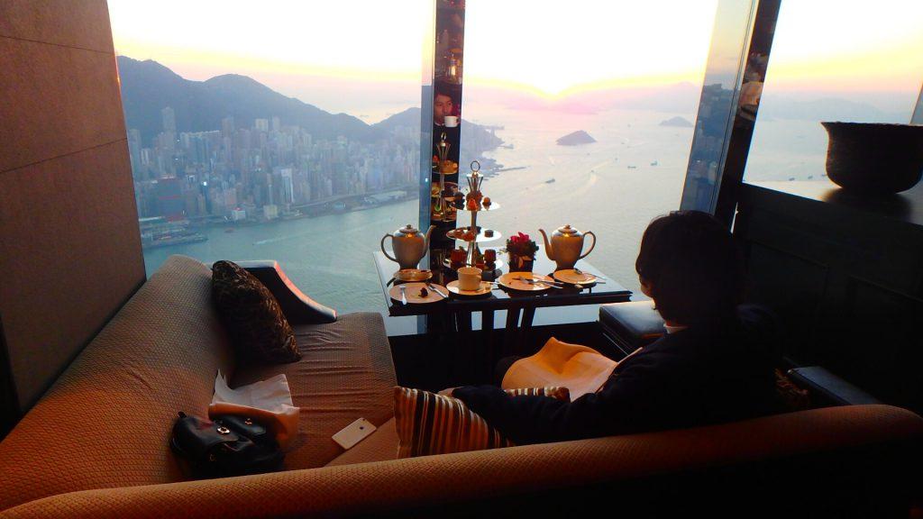 リッツカールトン香港のアフタヌーンティー 窓際のソファ席