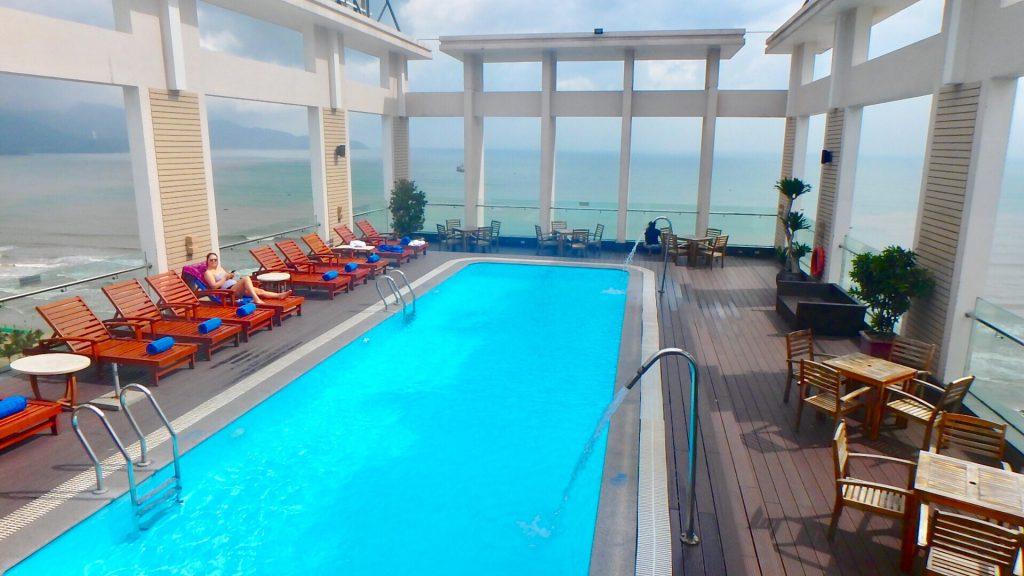 ダナン空港付近のおすすめホテル ダイヤモンドシーのプール
