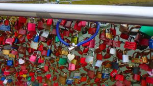 ザルツブルグ 南京錠がいっぱい掛かっている橋