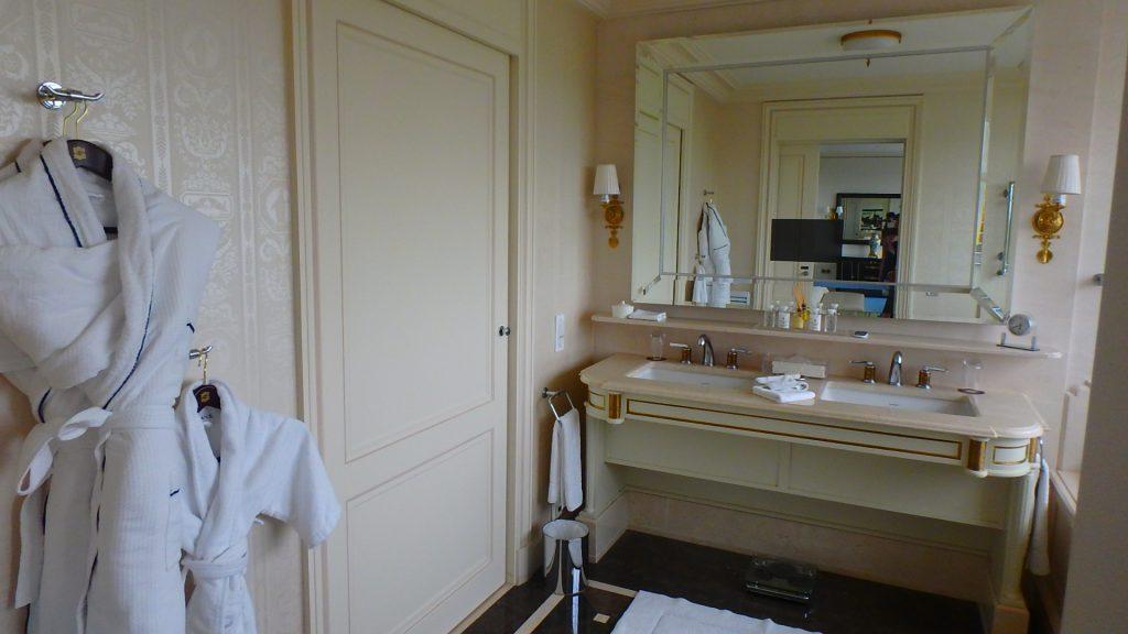 海外のホテルに泊まる時のパジャマとバスローブ