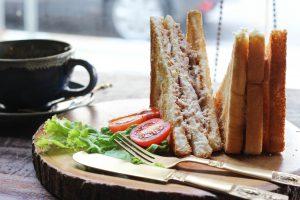 タイ・バンコクのお洒落カフェでサンドイッチ