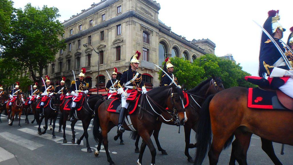 5月8日はフランスの祝日 戦勝記念日のパレード