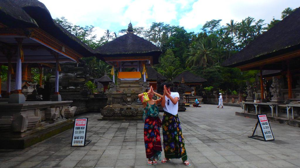 バリ島の寺院観光の服装