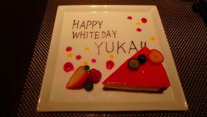 カップル・夫婦での海外旅行 記念日のサプライズケーキ