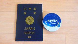 女子の海外旅行の持ち物 保湿クリーム ミニサイズのニベア
