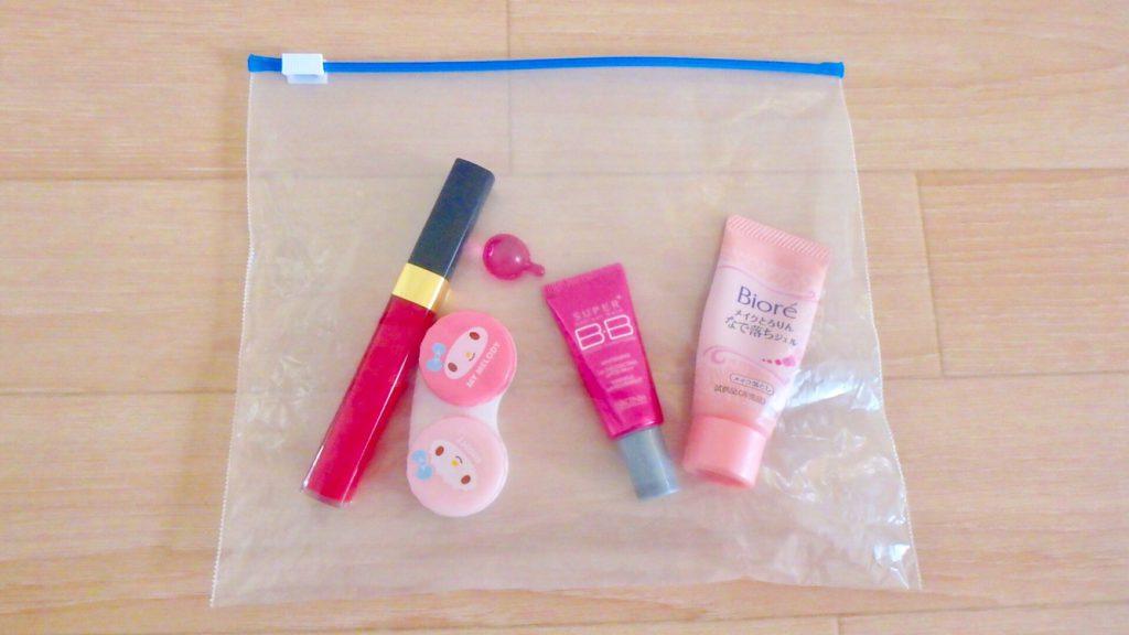 女性の海外旅行の持ち物 化粧品はジップロックをポーチ代わりに
