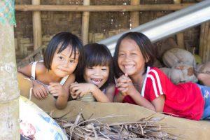 フィリピンの地元の子供たちは明るくてフレンドリー
