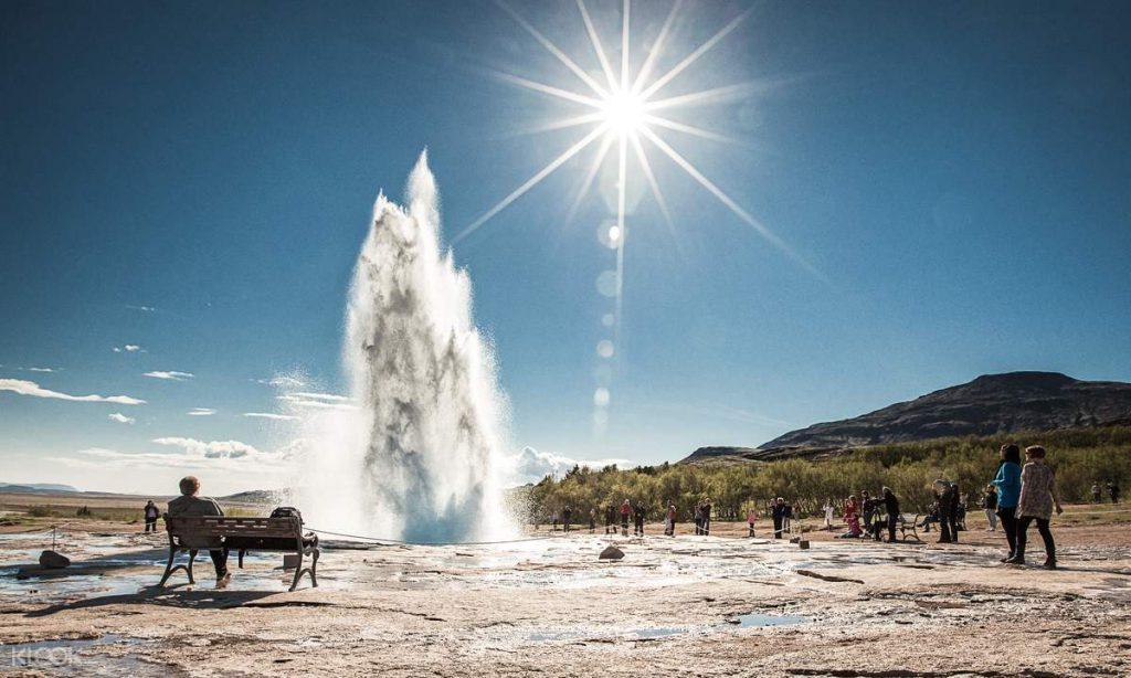 アイスランド ゴールデンサークルのゲイシール地熱帯 噴水