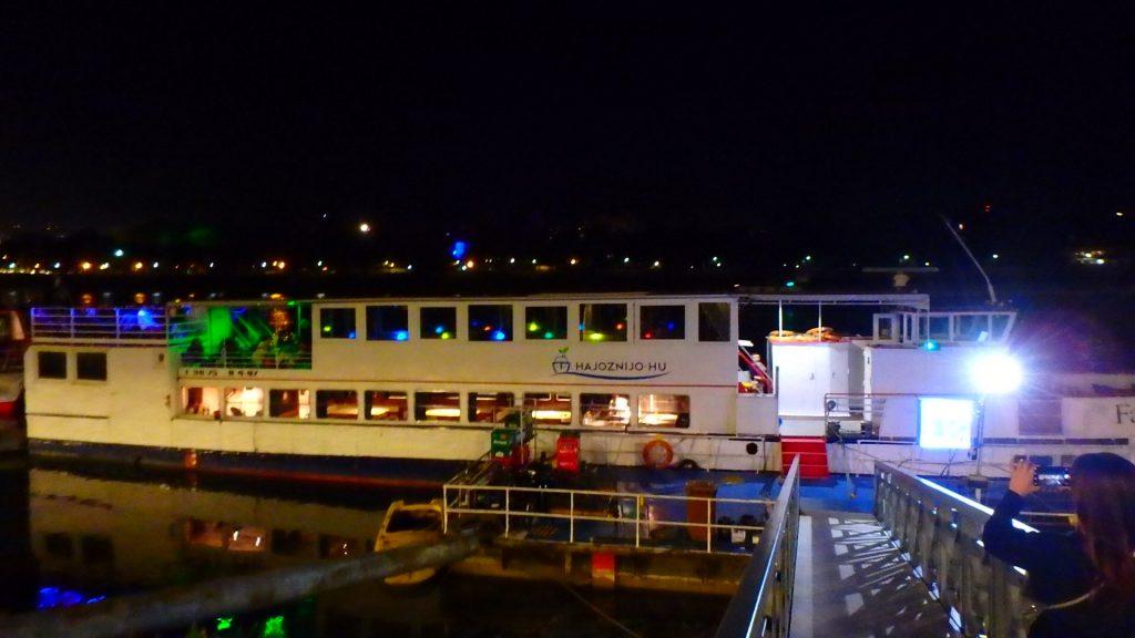 ブダペストの夜景 ドナウ川ナイトクルーズ船