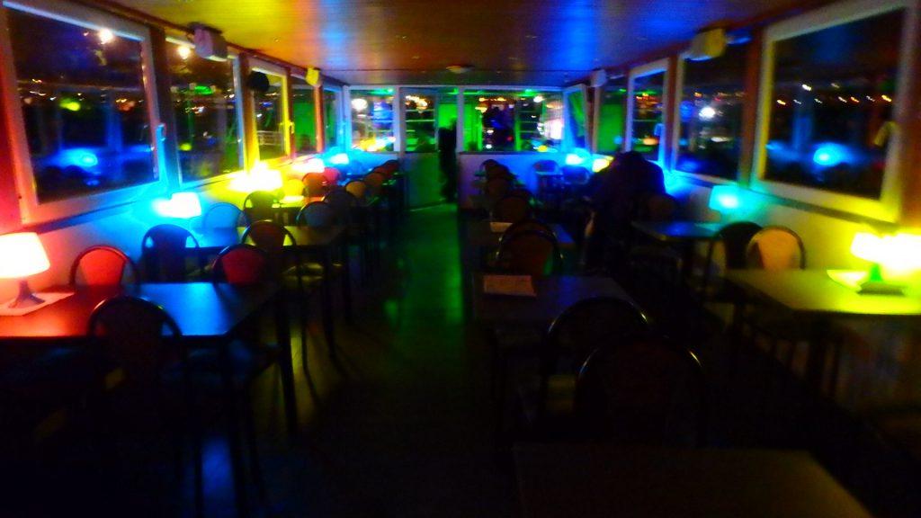 ブダペストの夜景クルーズ 船の内部
