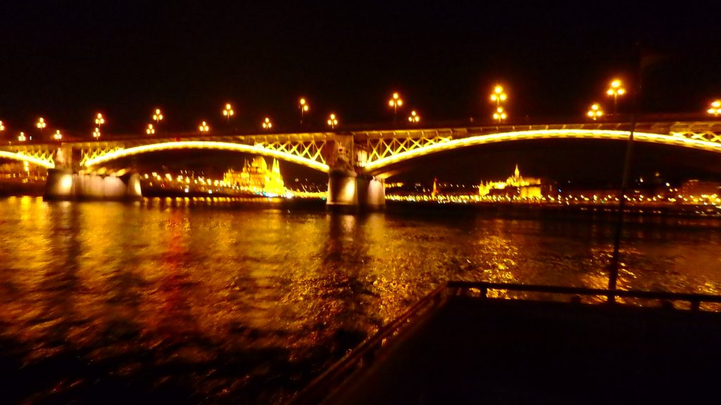 ブダペストの夜景観光クルーズ マルギット橋