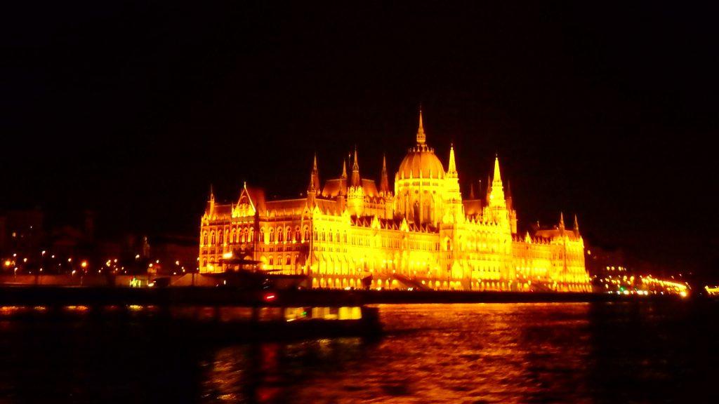 ブダペストの観光 ドナウ川クルーズ 国会議事堂の夜景